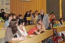 Jaromír Štětina přednášel gymnazistům o práci válečného zpravodaje.