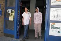 Žáci 8. ročníku základní školy Michal Svoboda a Jakub Vavro testovali pro Deník ostražitost prodavačů.