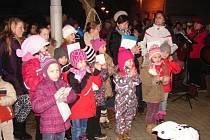 V Nové Včelnici si zanotovalo s Českem zpívá koledy přes pět stovek lidí.