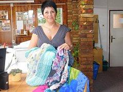 Plnou náručí krásných šátků přispěla do charitativního projektu Deníku Kabelkový veletrh i ekonomka jarošovského obecního řadu Šárka Mráziková.