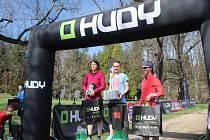 Pavla Schorná (uprostřed) zvítězila i v letošním ročníku běhu Průhonickým parkem.