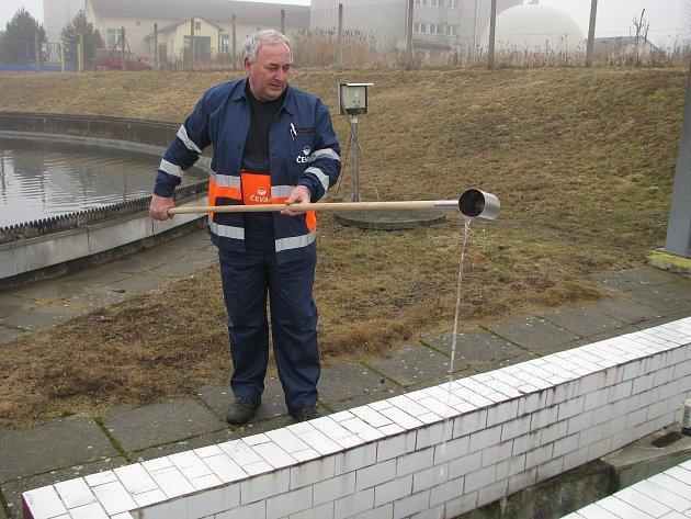 Čistírnu opouští křišťálově čistá voda, jak na snímku ukazuje technik Milan Havlín.
