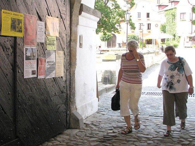 Plakáty na vratech brány jindřichohradeckého zámku.