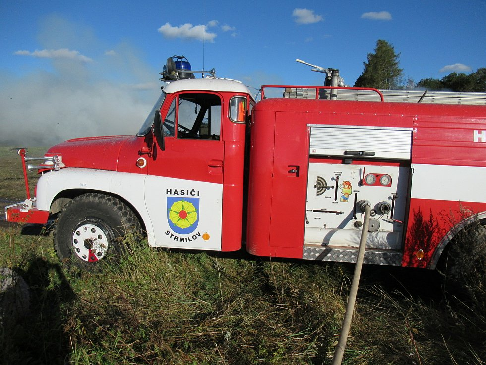 V neděli 27. září ještě celý den hasiči dohašovali požár budovy starého kravína u České Olešné, na pomoc povolali těžkou techniku.