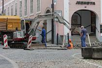 Dopravu v centru města komplikuje kromě uzavřené Václavské ulice také rozkopané náměstí Míru.