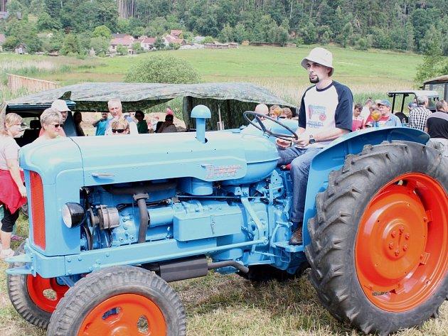 Traktortriáda přilákala do Řečice na Dačicku stovky milovníků traktorů všech značek i stáří.