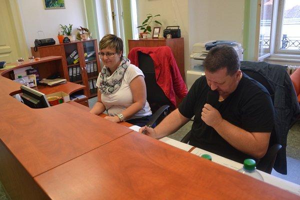 Přebírání výsledků komunálních a senátních voleb vbudově Městského úřadu vJindřichově Hradci.