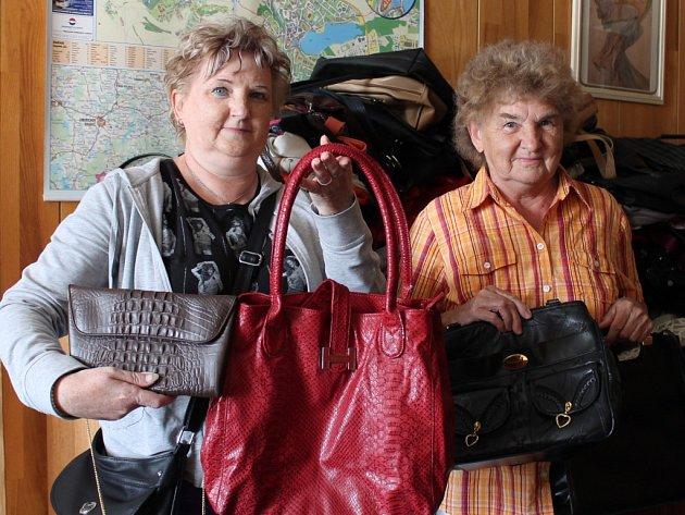 KABELKY do redakce Jindřichohradeckého deníku donesly také Milada Stránská (vpravo) a Lenka Jelínková.