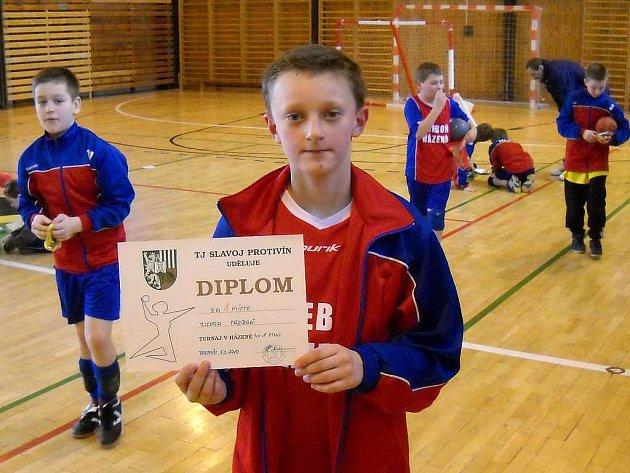 Na snímku ukazuje diplom za první místo kapitán družstva Jakub Pouzar, jenž se na celkovém triumfu v turnaji podílel 24 nastřílenými góly.