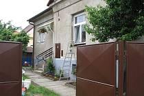 Pohled na dům v jindřichohradecké Družstevní ulici, kde bude Slunce hlídat děti.