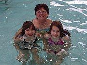 Mladí hasiči z Jindřichohradecka se setkali na plavání v bazénu.