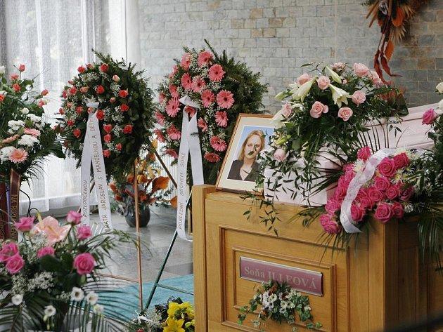 Pohřeb Soni Illeové. Růžová rakev a do růžova laděná výzdoba.