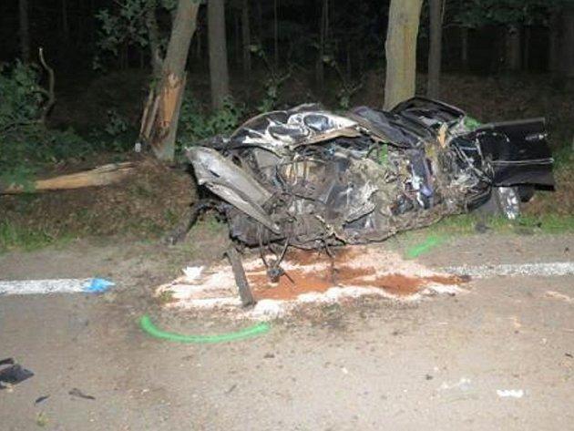 Při nárazu do stromu mezi Majdalenou a Suchdolem zemřel řidič.