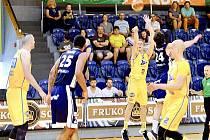Hradečtí basketbalisté zdolali v 5. kole play-out Ostravu 84:74.