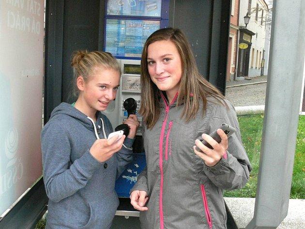 MOBIL NEBO SLUCHÁTKO? Telefonní automaty používají lidé stále méně. Terezie Brokešová (vlevo) z telefonního automatu nevolala nikdy a její kamarádka Eliška Kovářová jen jednou, když se jí vybil mobil.