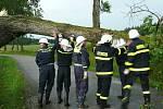 Ničivá bouřka v pátek v podvečer zasáhla celé Jindřichohradecko. Na snímku hasiči odstraňují popadané stromy na silnici popadané stromy na silnicích směr Landštejn, Blato, Pomezí a Klášter.