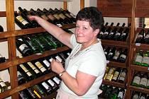 Vinotéka U samaritána v Jindřichově Hradci si nechává burčák dovážet z Velkopavlovické vinařské oblasti. Na snímku je Alena Pokorná.