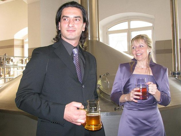 NA ZDRAVÍ. Snoubence Janu Podlešákovou a Jiřího Suchana oddal včera ve varně třeboňského pivovaru Regent místostarosta Třeboně Zdeněk Mráz.