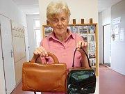 Do Pravdovy knihovny v Jarošově nad Nežárkou přinesla první kabelky Marie Lenkerová.
