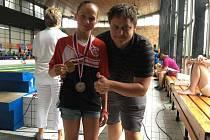 Závodnice hradeckého Plaveckého klubu Terezie Kinterová  je dvojnásobnou mistryní republiky. Na snímku s trenérem Janem Šimkem.