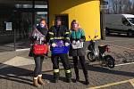Dobrovolníci ze skupiny Roušky lidem rozdávají roušky před jindřichohradeckými supermarkety.