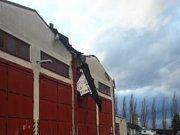 Silný vítr poškodil také střechu u dílen na opravu nákladních vozidel v Jindřichově Hradci.