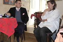 TĚŽKÁ KAMIONOVÁ DOPRAVA přes Slavonice do rakouského Fratresu byla tématem setkání předsedy Věcí veřejných a poslance Víta Bárty se zástupci města. Na snímku hovoří s iniciátorkou petice Martinou Havlíčkovou.