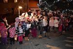 V Lomnici nad Lužnicí si koledy zazpívali u vánočního stromu.