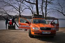 V oranžové škodovce, se kterou v letech 2014 až 2016 procestovali celý svět, objeli manželé Bezděkovi i s jejich miminkem na apríla rybník Svět v Třeboni.