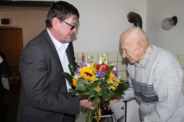 Miroslav Hroch zNové Bystřice slaví 95.narozeniny 18.března. Gratuloval mu už istarosta Vladimír Bláha.