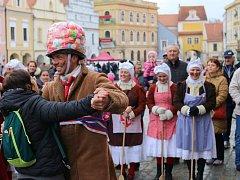 Jihočeský folklorní soubor Úsvit přivezl do Třeboně k masopustní zábavě mečovou koledu.