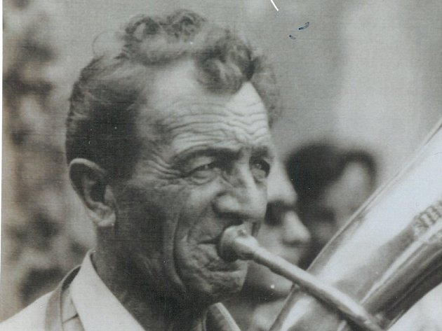 KAPELNÍK dechovky Rybenka a její zakladatel Antonín Špíka vedl tento soubor 51 let. Jeho životním krédem bylo: Dechová hudba, to je můj život.