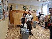 Před 3. základní školou v Jindřichově Hradci, kde se nacházejí volební místnosti hned šesti z dvaceti hradeckých volebních okrsků, postávaly hloučky voličů už se značným předstihem. Krátce po čtrnácté hodině se u vchodů do jednotlivých místností už tvořil