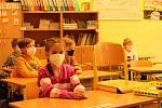 Prvňáci a druháci přicházeli do první hradecké základní školy v 7.40 hodin. V osm hodin je čekalo testování.