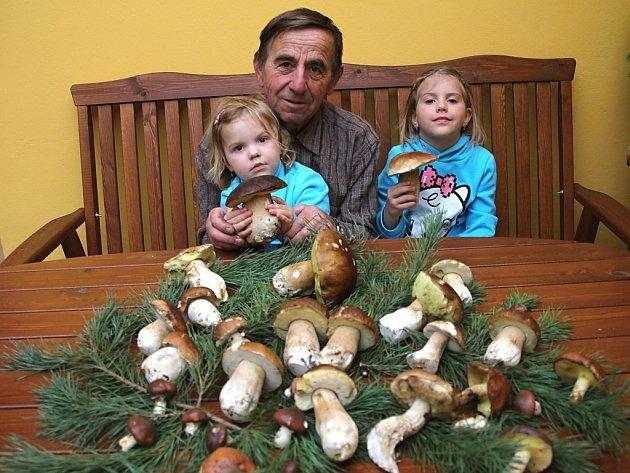 Milan Novák s vnučkami našel na Třeboňsku krásné hřiby.