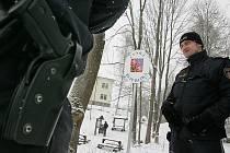 SPOLEČNÁ OSTRAHA. Česko–rakouské hranice v Cetvinách chrání hlídky, které tvoří čeští i rakouští policisté.