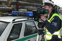 KOTROLY. Nový přenosný radar, který dostali policisté na Jindřichohradecku, může řidiče zaskočit prakticky kdekoli. Na snímku ho obsluhuje Stanislav Fila.