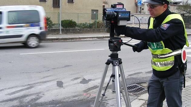 Měření rychlosti v Claudiusově ulici v J. Hradci, kde je čtyřicítka.
