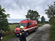 Rušnou noc z pátku na sobotu měli i hasiči z Deštné. Mimo jiné v Rosičce odstraňovali strom spadlý na střechu domu a u Chotěmic, které již leží v sousedním okrese, prořezávali zatarasenou silnici.