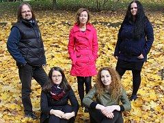 Členové vokální skupiny X-tet: Štěpán Štrupl, Irena Boudová, Lenka Valinová, Vendula Nováková a Viktorie Bazáková.