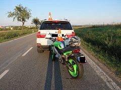 Před Dačicemi u křižovatky na Němčice se srazilo několik aut a motorka.