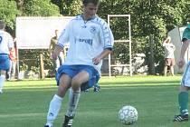 Fotbalisté Suchdola po porážkách v Třěběticích a s Lomnicí doma tentokrát proti Ševětínu zabrali a zlepšeným výkonem ve druhém poločase nakonec vybojovali zasloužené vítězství.  Na snímku kontroluje balon mladý suchdolský zadák Marek Prášil.