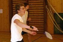 Čeští a rakouští středoškoláci proti sobě nastoupili v badmintonu, kopané, volejbalu a plavání. Badmintonový turnaj jednotlivců a dvojic se odehrál v tělocvičně gymnázia.