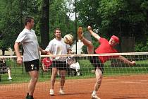 Nohejbalisté Cepu (zprava Rostislav Hart a Martin Ziegler) se v posledním zápase cepského turnaje postarali o největší překvapení, když porazili favorizovaný Dynín.