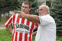 Kunžacký útočník Ondřej Schmirler je s 23 góly druhým nejlepším střelcem okresního přeboru. Na snímku s trenérem Milanem Gründlem.