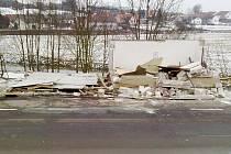 ZASTÁVKA ve Velkém Pěčíně nevydržela náraz nákladního auta a její statika se značně porušila. Bylo nutné ji zbourat.