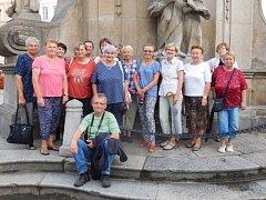 Účastníci vycházky za Františkem Pravdou se dostali i ke sloupu Nejsvětější trojice v Jindřichově Hradci. Foto: Milena Kodýmová