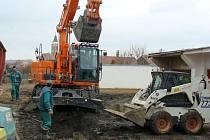 Ve Slavonicích naplno pokračují práce na výstavbě kanalizace a čistírny odpadních vod.