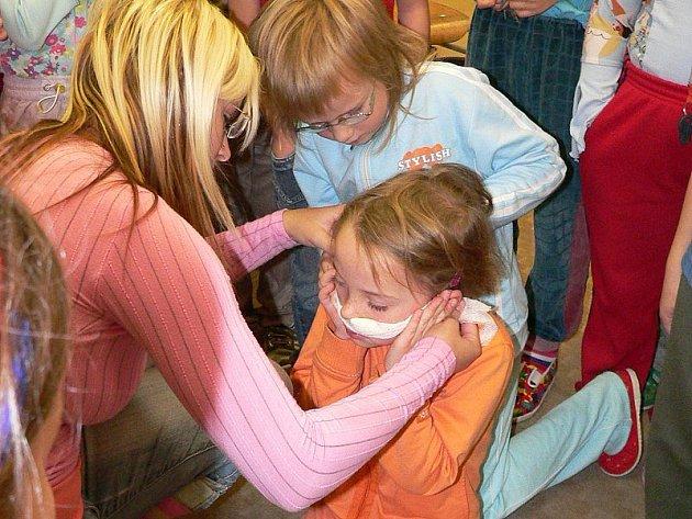 PORANĚNÝ NOS. Zastavit krvácení z nosu zkoušely i děti první třídy. Do role zraněné se vžila Marie Matulová a do role ošetřovatelky Pavla Pokorná.
