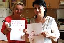"""OBRÁZKY NA ROZLOUČENOU s nápisem: Pro tetu Jindřišku, mám tě moc rád"""", v úterý dostala teta jindřichohradeckého Klokánku Jindra Houžvicová (vlevo). Na snímku je s vedoucí zařízení Emilií Popelkovou. Obě jdou ve středu do práce naposledy."""
